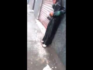 В Марокко подростки пристают к замоташке. Хиджаб не спасает от домогательств.