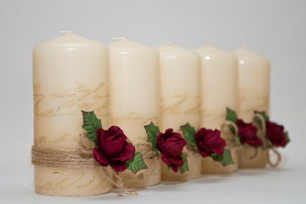 Берём обычные свечи без рисунка и салфетки с изображением, которое нам хотелось бы перенести на свечи . Разделяем салфетку на две части. Цветную часть салфетки прикладываем к свече, а в это время нагреваем ложку, которой мы будем приглаживать салфетку. Можно это делать над пламенем свечи, но ложка чернеет от копоти, поэтому я нагревала ложку на плите (она у меня электрическая).