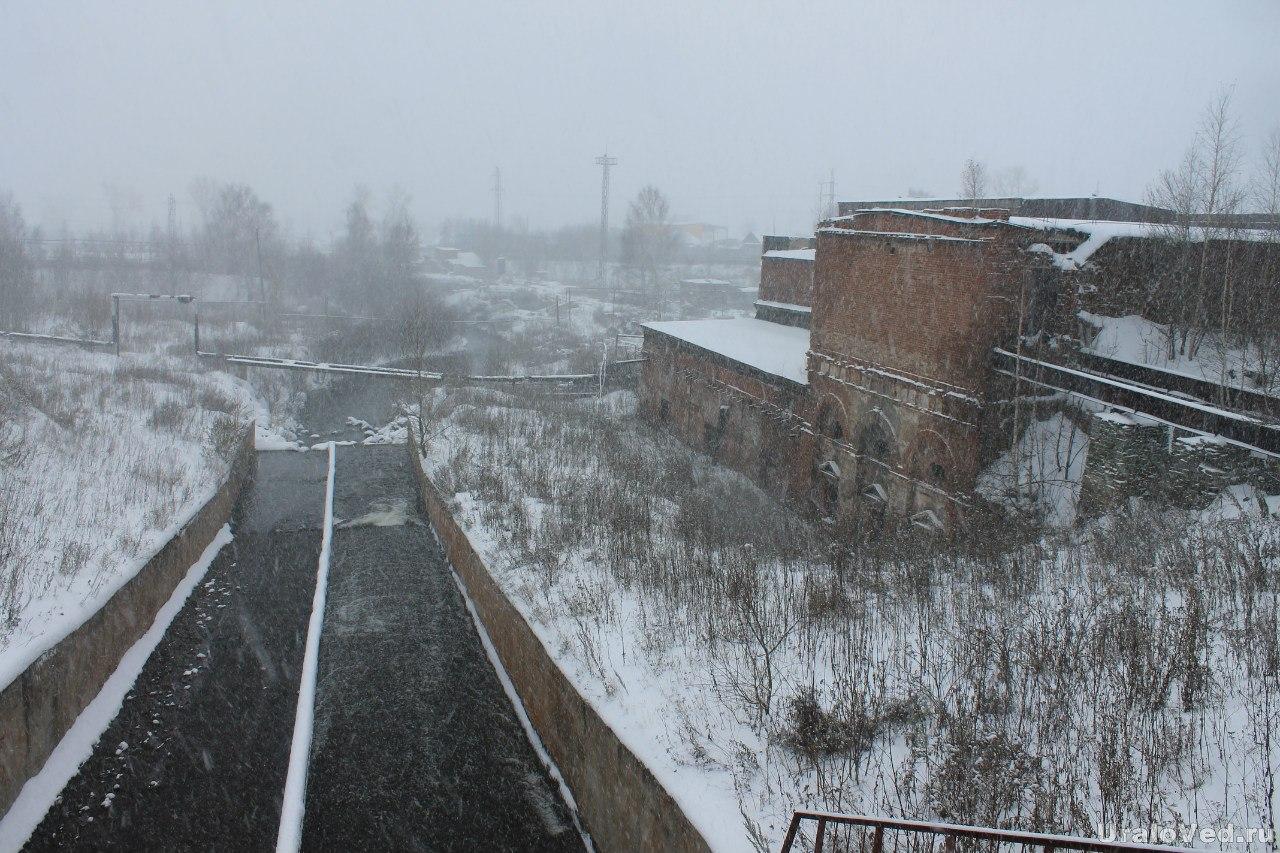 Вид с плотины Билимбая. Справа старинный доменный цех завода