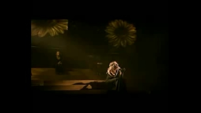 Это первый концерт Лары Фабиан после смерти любимого человека Она вышла на сцену но не