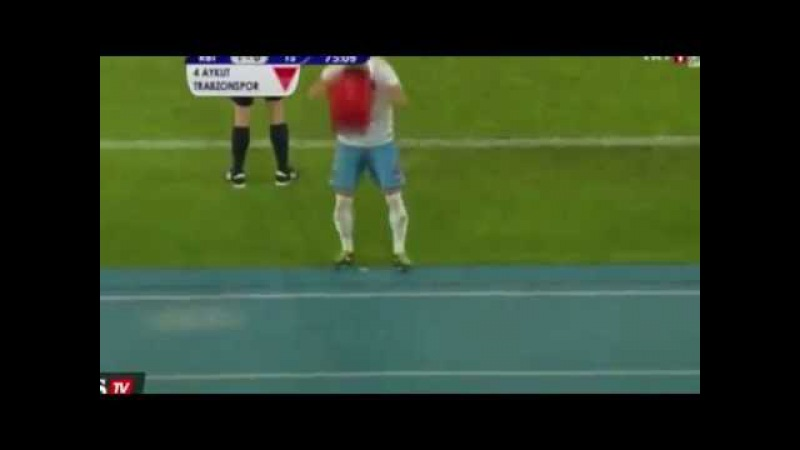 Aykut Demir (Trabzonspor) put on himself a bucket of water after was substitued