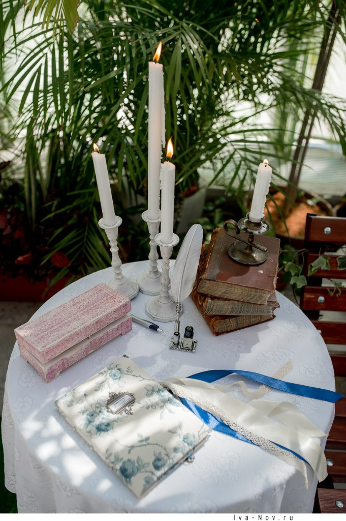 зона пожеланий с пером, свечами и книгой