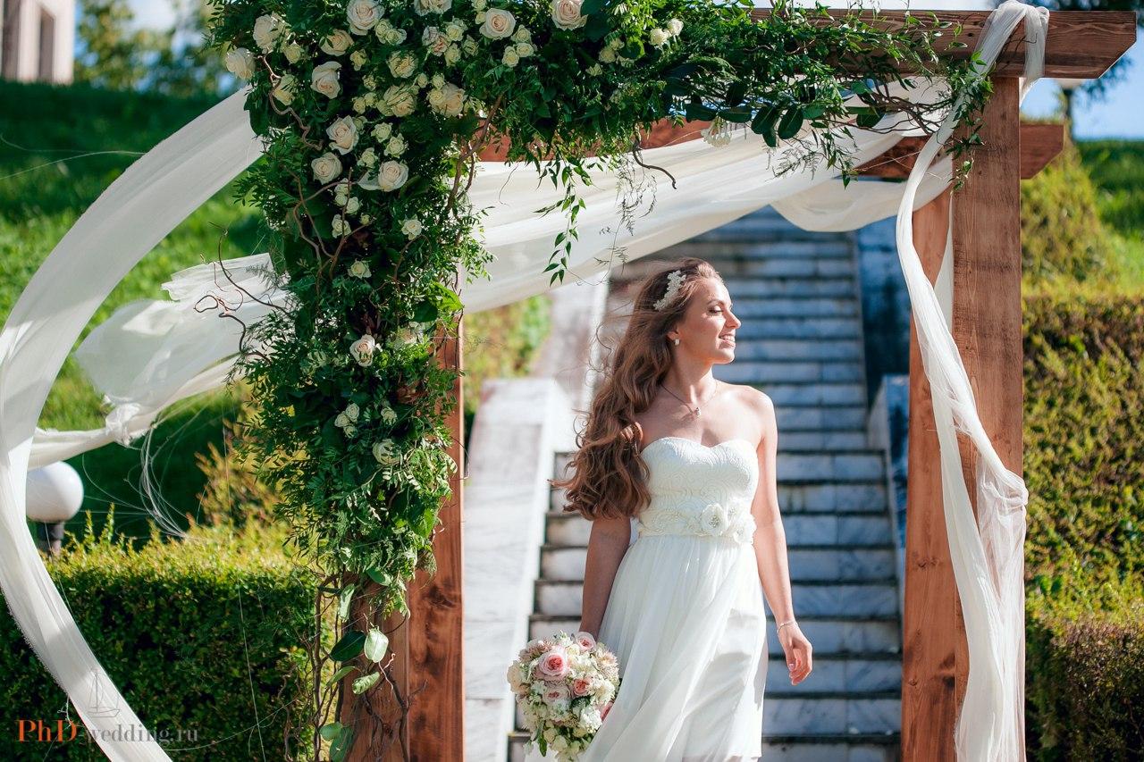 невеста в арке для выездной регистрации