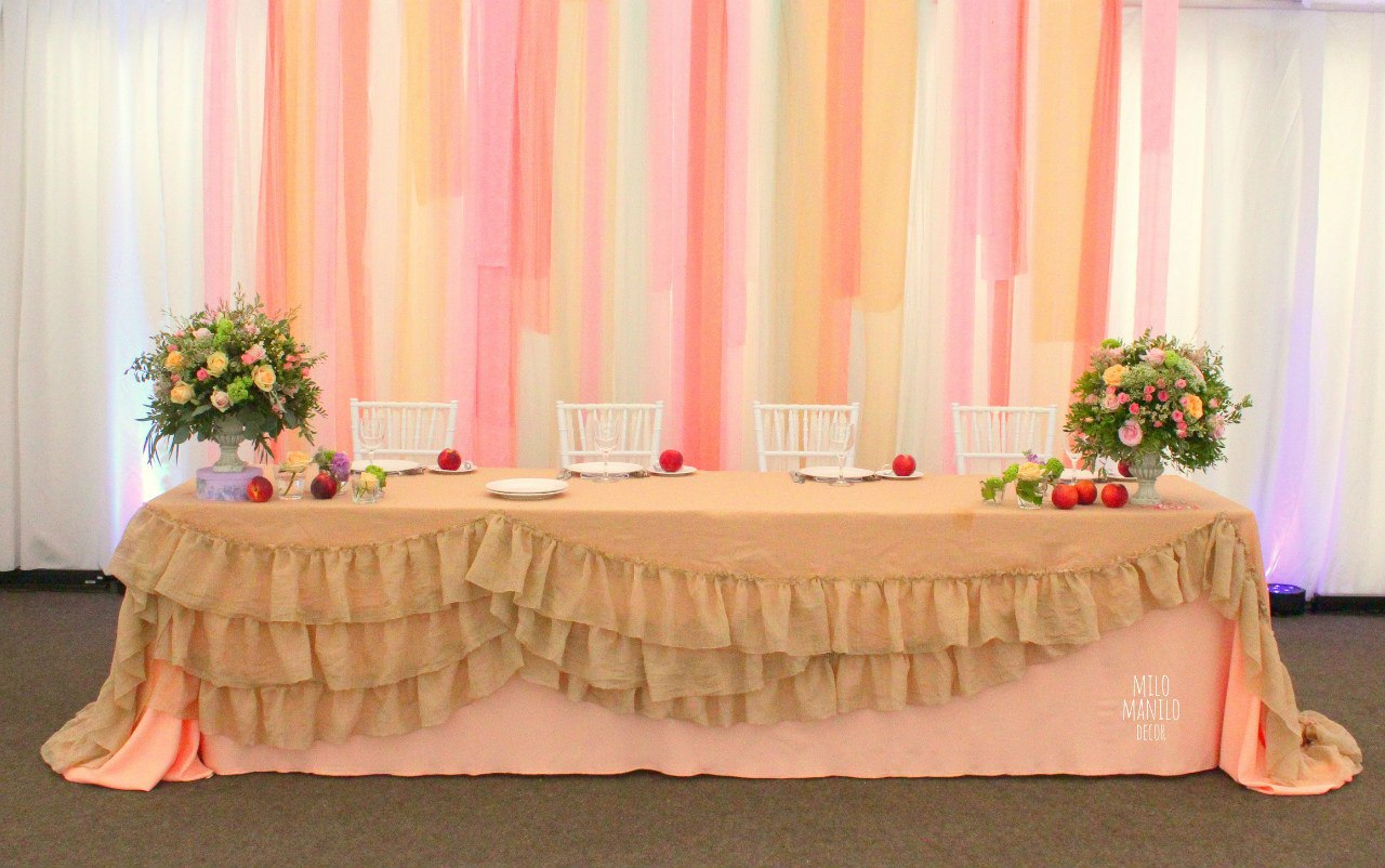 стол для молодоженов на персиковой свадьбе