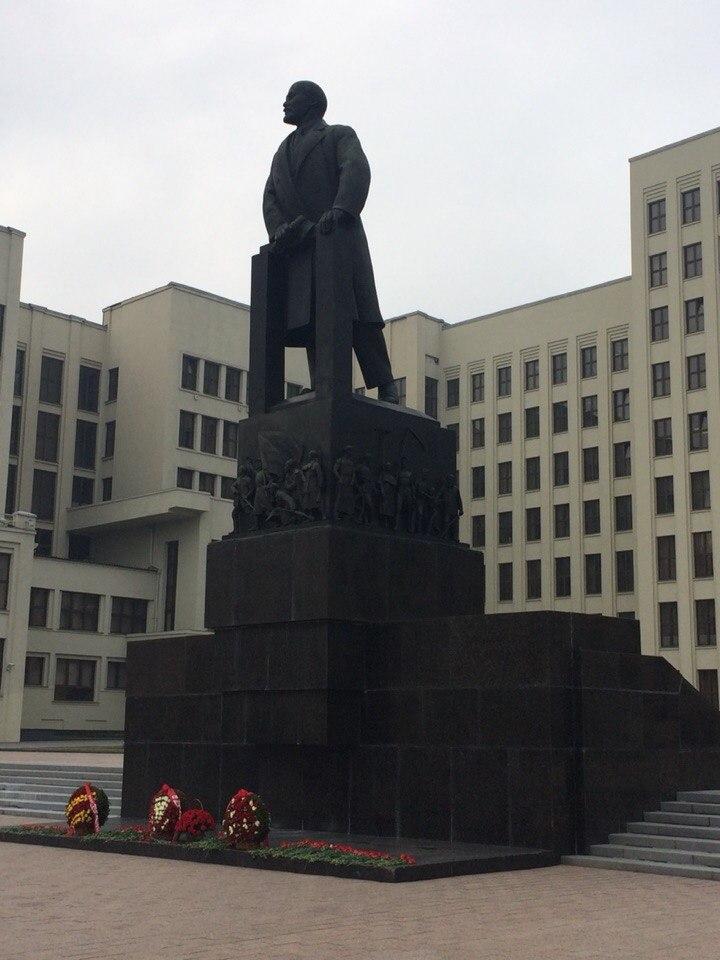 Дом правительства и памятник Ленину.