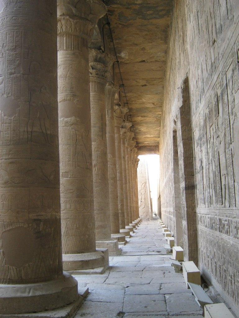 Залы и коридоры храма Хорус в городе Идфу
