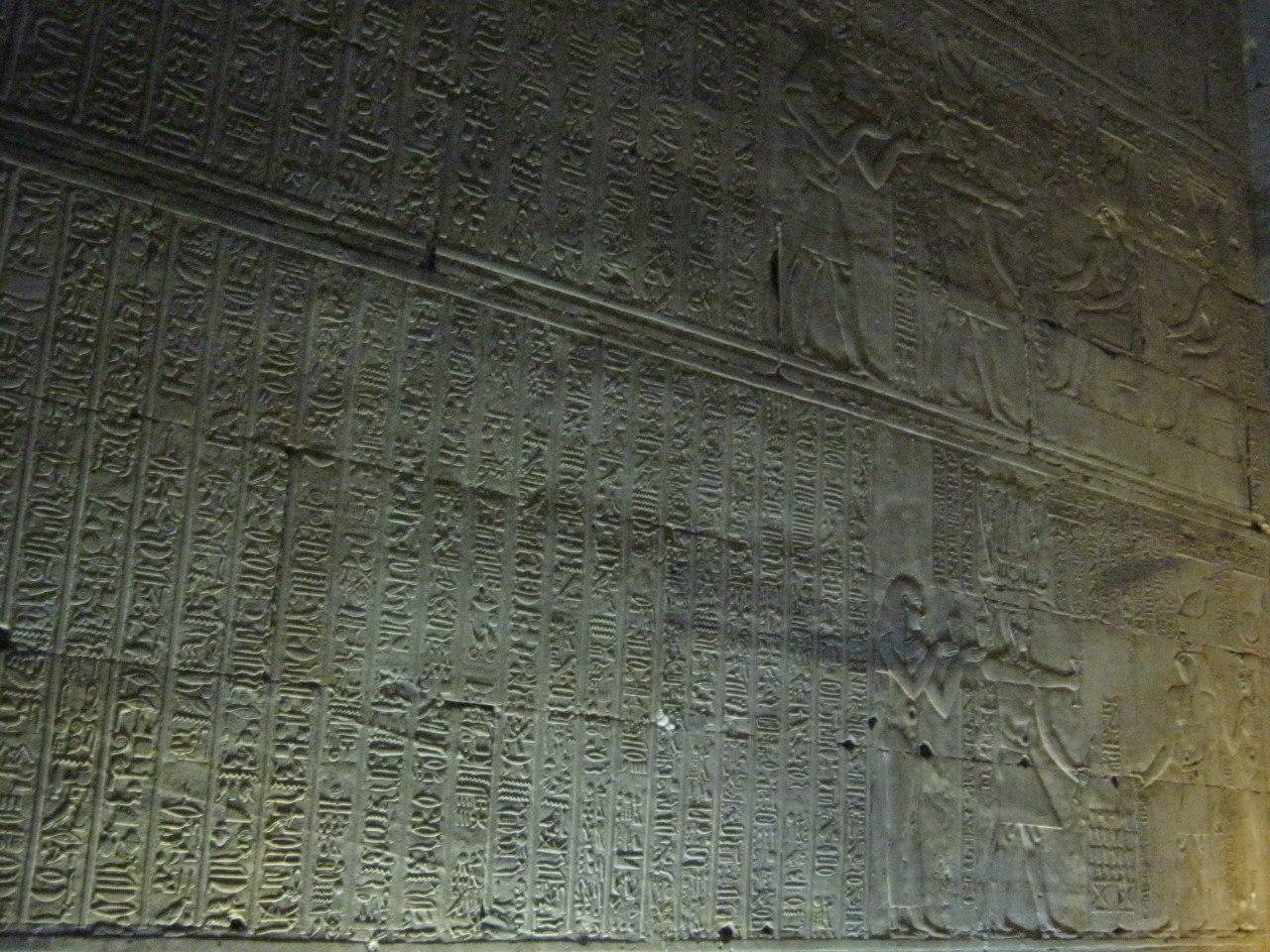 Древние рисунки и письмена в храме Хорус