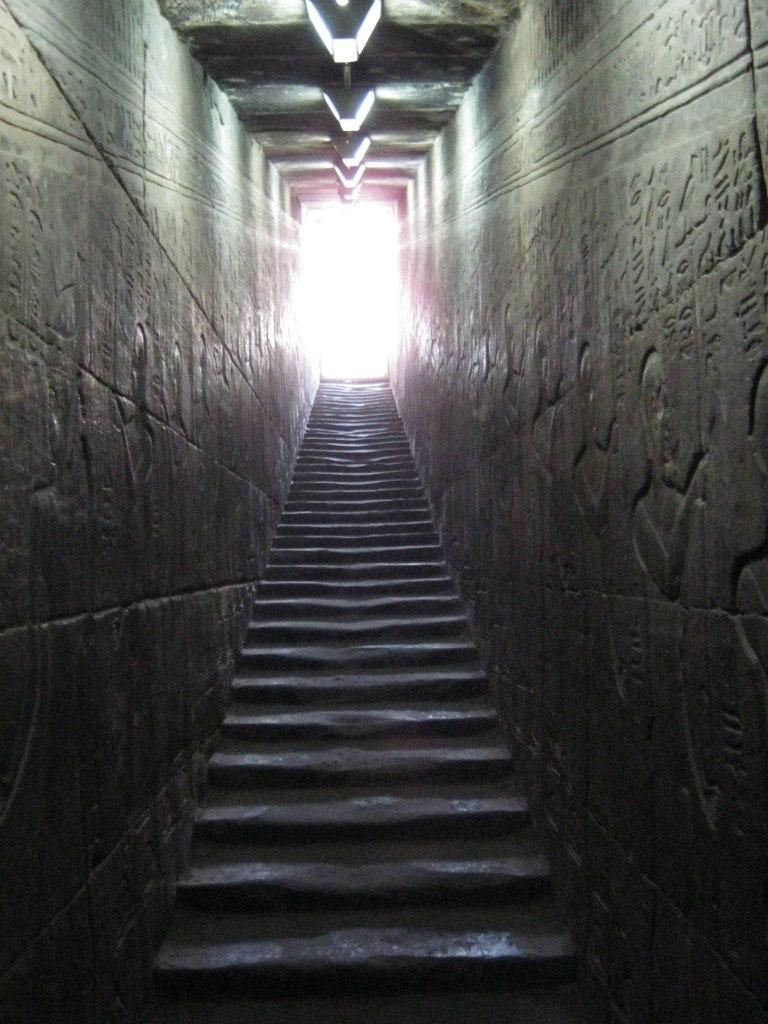 Лестница-туннель в древнем храме Хорус в городе Идфу