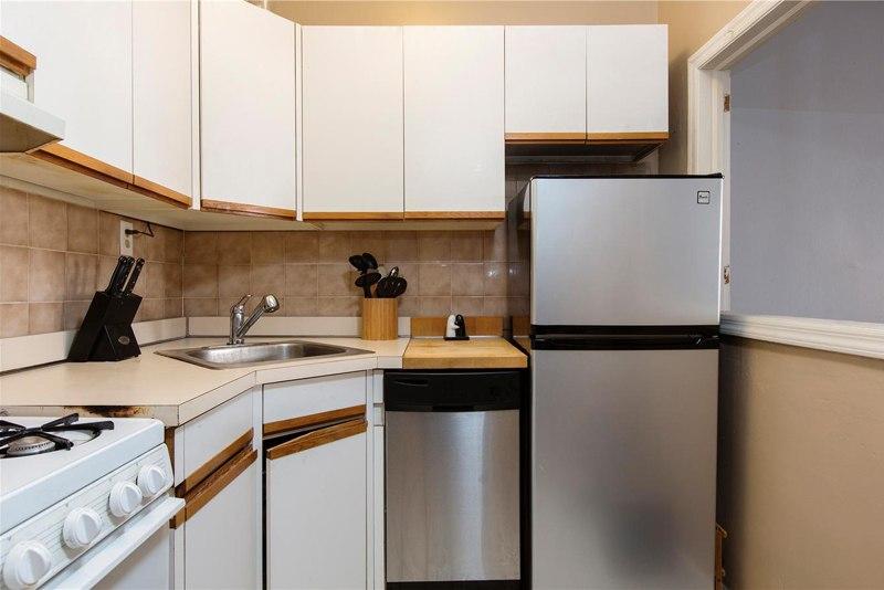 Пример того, как можно отделить кухню в прямоугольной квартире-студии 28 м – мини-кухня с окном.