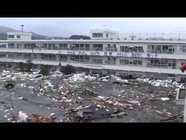 Шокирующее видео о цунами в Японии с заснятым призраком