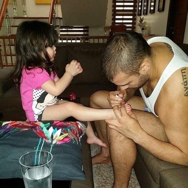 Отец силой берёт свою дочь