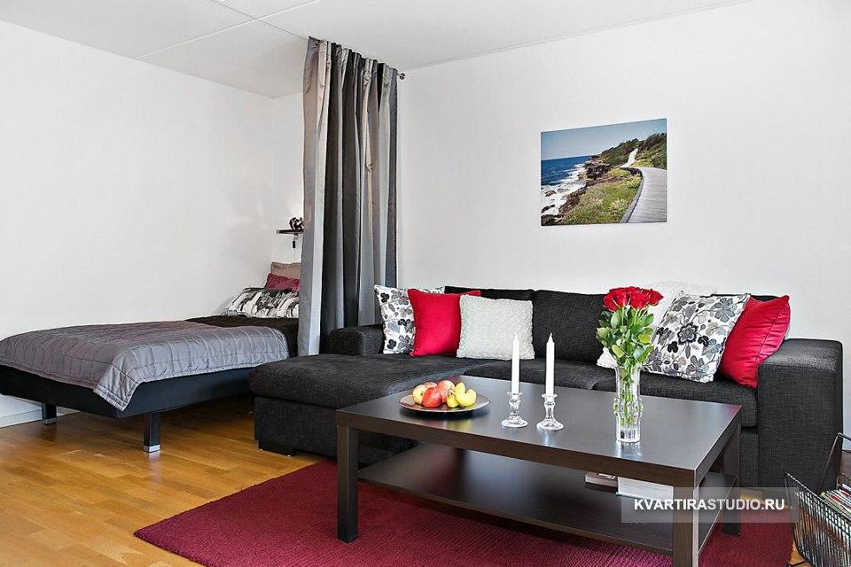Зонирование комнаты на гостиную и спальню шторой.