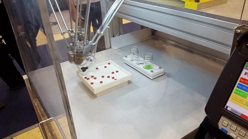 Робот разбрасывает и собирает шарики в стаканы по цветам