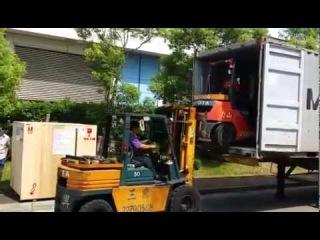 Креативный способ погрузки в контейнер при помощи двух погрузчиков
