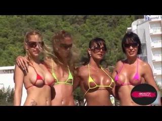 Красавицы в микро бикини на пляже