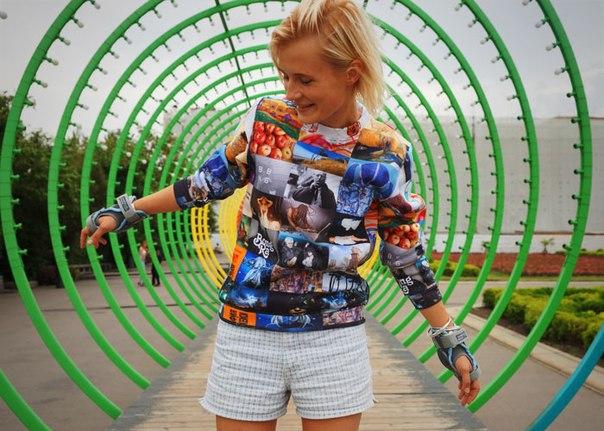 Получив свою толстовку, я была искренне удивлена: ооо, да это же все, что я люблю! Хотя я сама перечисляла все эти вещи, увидеть любимые, значимые картинки все вместе было очень приятно. Теперь у меня есть свитер, каждый кусочек которого буквально наполне