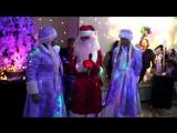Новогодний корпоратив. Хоровод с Дедом Морозом и Снегурками.