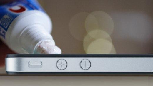 6 способов удалить царапины с экрана Все только что купленные смартфоны или планшеты сияют какой-то особенной свежестью и чистотой. Но не проходит и нескольких недель, как эта первозданная чистота постепенно сходит на нет, уступая место мелким и крупным царапинам. Как бы бережно вы ни обращались со своим гаджетом, процесс этот неизбежен. Хорошо, что есть несколько способов вернуть потёртым поверхностям смартфона былой блеск без визита в мастерскую и замены экрана. 1. Зубная паста Первое…