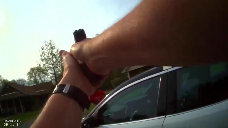 Коп в Америке застрелил женщину, напавшую на него с топором. (06.04.2016)