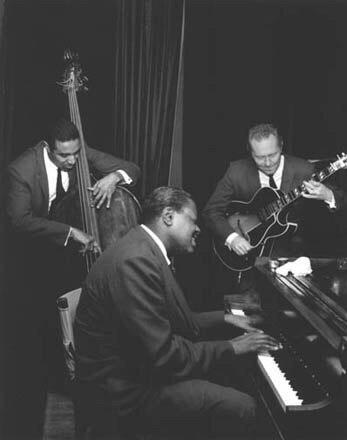 Добрый вечер, друзья! В эфире шикарные джазовые попурри в исполнении Оскара Питерсона и его товарищей!