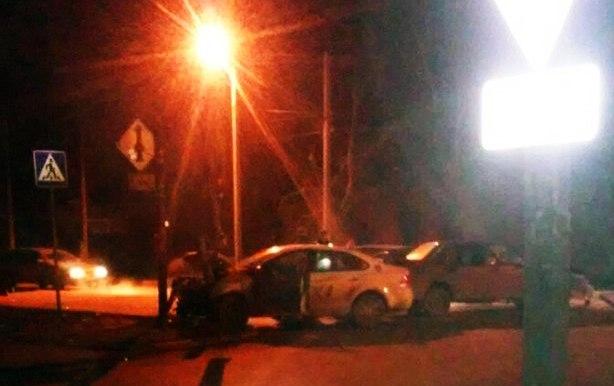 В Таганроге автомобиль такси в результате столкновения с «ВАЗ-2115» врезался в столб
