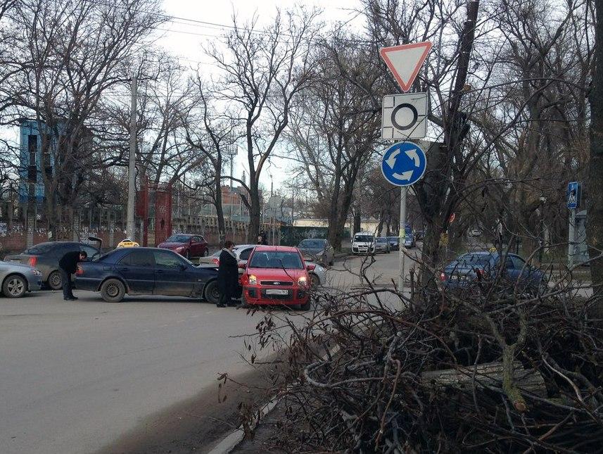 В Таганроге за центральным рынком таксист протаранил Ford Fusion