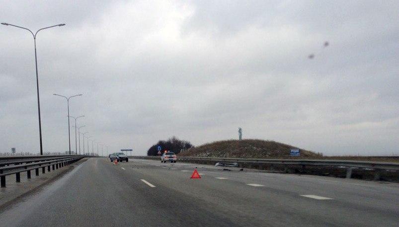 На трассе «Ростов-Таганрог» водитель BMW E39 врезался в отбойник