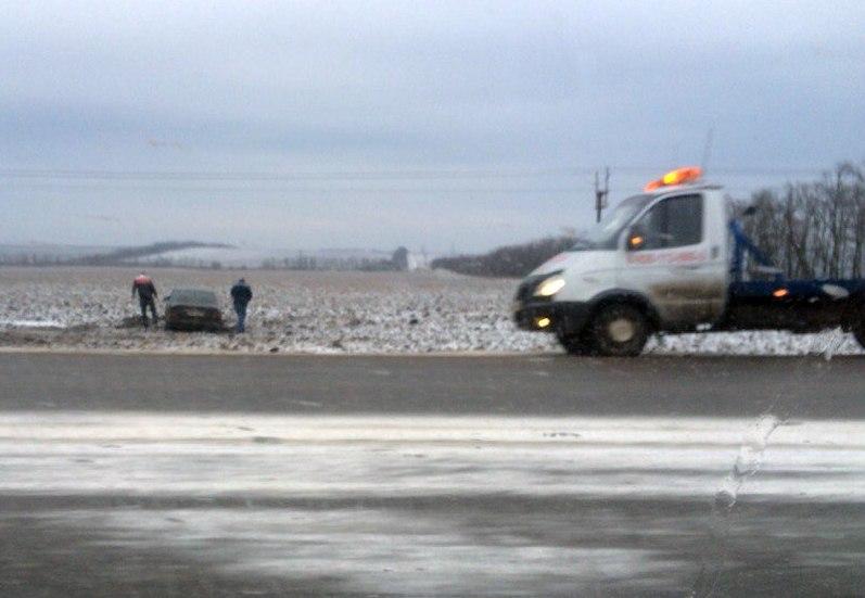 ДТП на трассе «Ростов-Таганрог»: Mercedes слетел в кювет