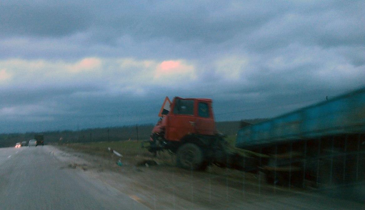 На трассе «Ростов-Таганрог» лоб в лоб столкнулись длинномер «МАЗ» и Fiat Ducato. ВИДЕО