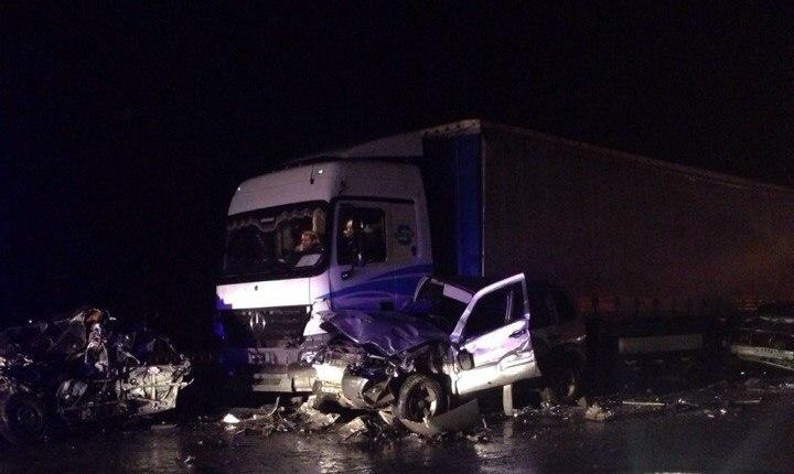 На донской трассе произошло массовое ДТП, столкнулись 19 автомобилей, есть погибший. ВИДЕО