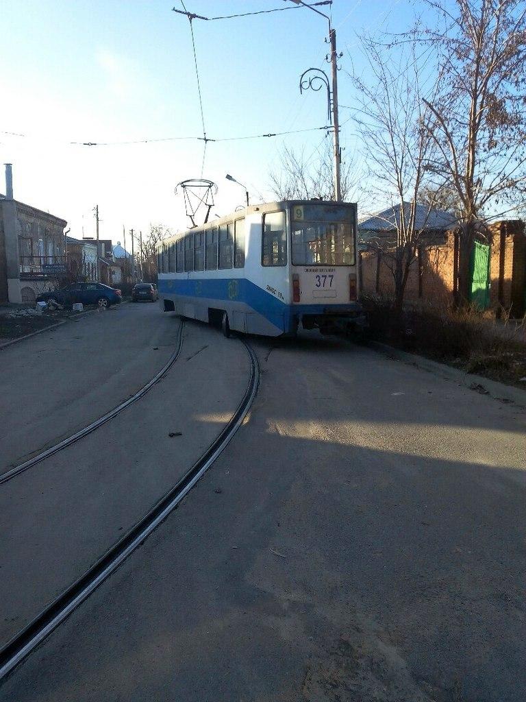 В Таганроге трамвай №9 «дал угла»