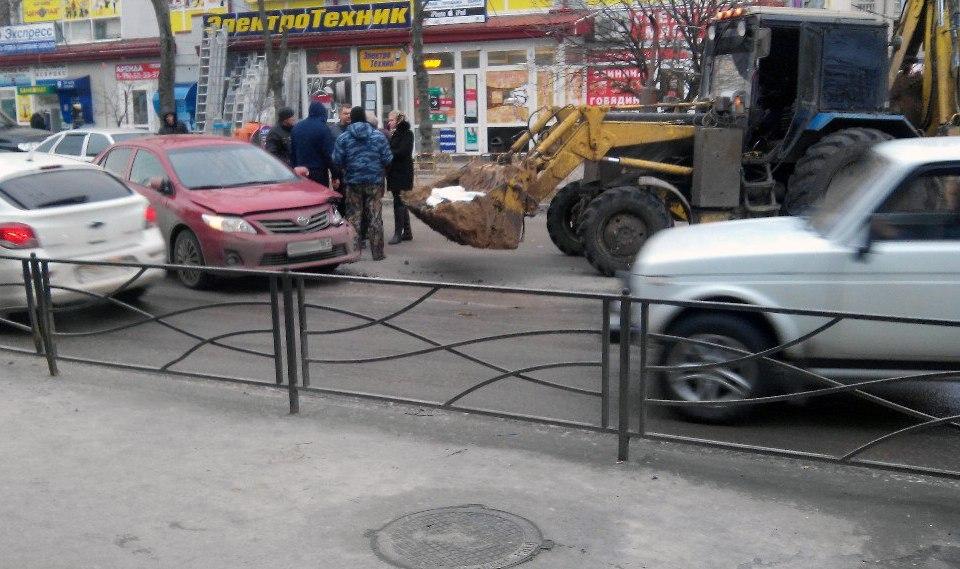 В Таганроге девушка на красной «Тайоте» врезалась в ковш трактора