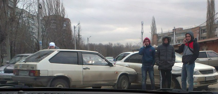 В Таганроге «пацаны» на «восьмерке» не стали ждать в пробке и спровоцировали ДТП