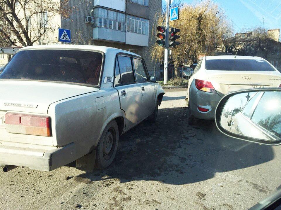 Очередное ДТП в Таганроге: дорогу не поделили «ВАЗ-2107» и Hyundai Solaris