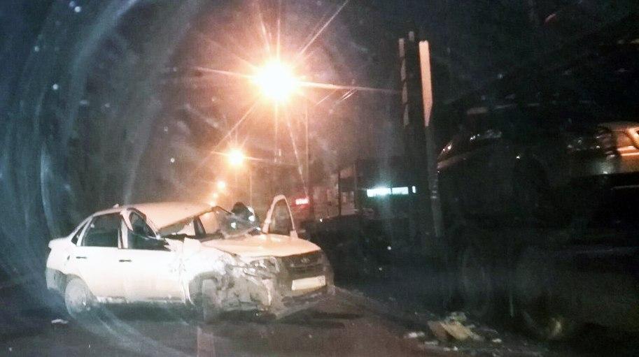 В Таганроге LADA Granta из-за сильного тумана врезалась в припаркованный автовоз