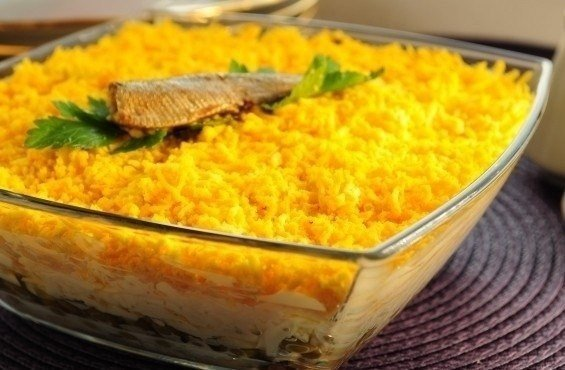 Салат со шпротами и сухариками и грибами рецепт