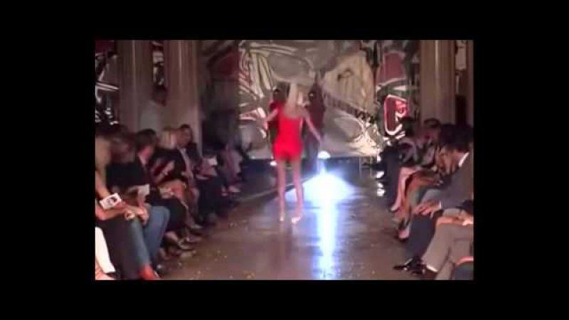 Модели падают на подиуме Models Falling Down