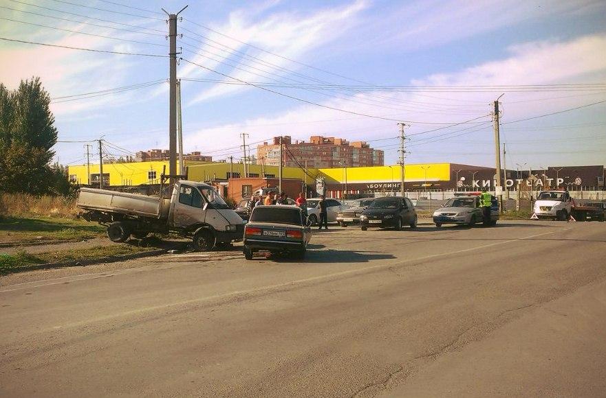 ДТП в Таганроге: «Газель» столкнулась с «ВАЗ-21074», есть пострадавшие