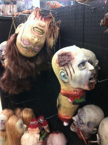 Бутафорские головы зомби в магазине праздничных товаров в США