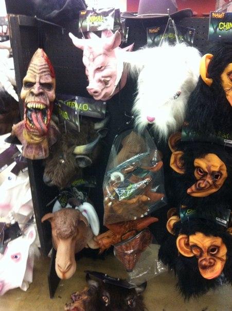 Маски для Хэллоуина в супермаркете США