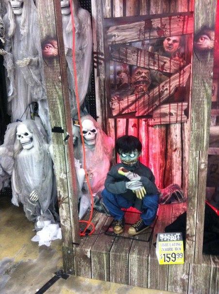 Интерьер торгового помещения с товарами к Хэллоуину в США