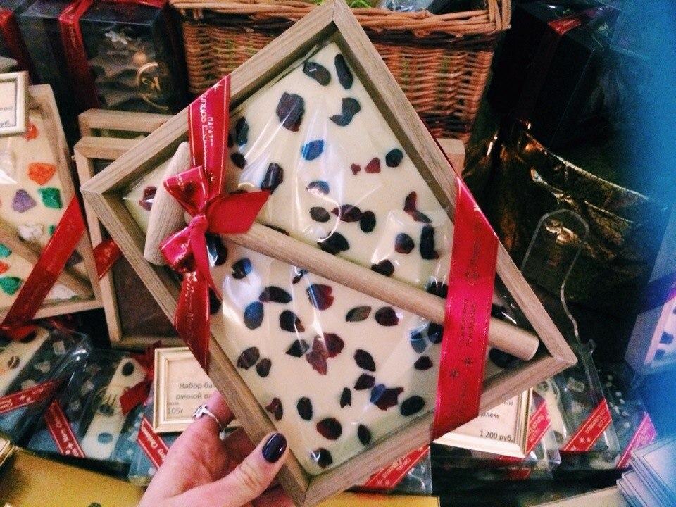 Какой подарок привезти из санкт-петербурга девушке 19