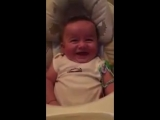 У малыша крутой смех )))
