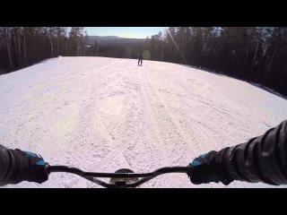 На сноускуте за лыжником