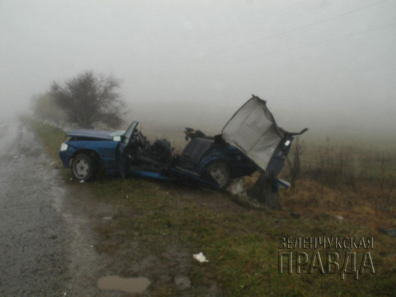 В Зеленчукском районе автомобиль столкнулся с придорожным ограждением