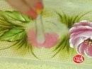 Lucimar Madeira ensina a pintar rosas em toalha de rosto. Bloco