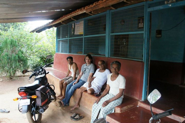 Домик в джунглях в котором живут родственники Нараянамурти. Они помогают ему собирать растения. Мы пили здесь чай.
