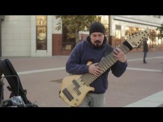 Гитарист-импровизатор Василий Чернов из Брянска с 12-струнным басом