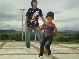 Малыш профессионально танцует прямо на улице. Смотрите, как дети танцуют хип-хоп!