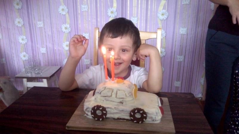 Мартин задувает свечи 😍❤🎂